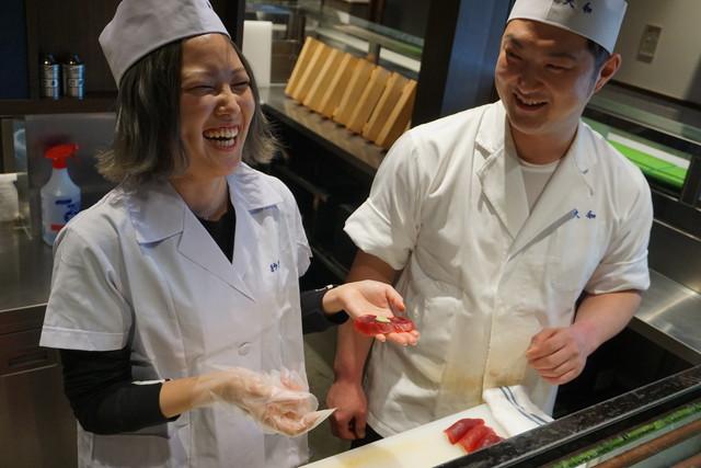 豊洲の名店「大和寿司」の大将・入野さんと職人の川守田さんが、寿司の握り方をレクチャーしてくれる様子をライブ配信しました。