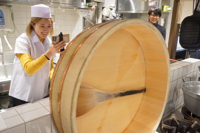 蒼山さん、今度は酢飯の握り方を学びます。